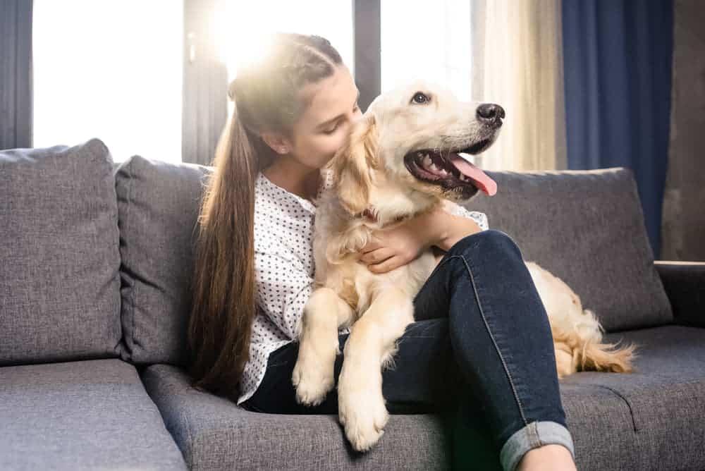 Frau riecht an Hund