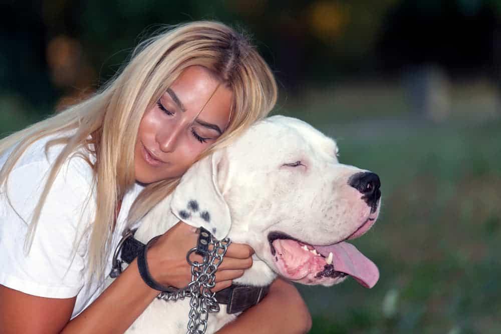 Frau mit Dogo Argentino