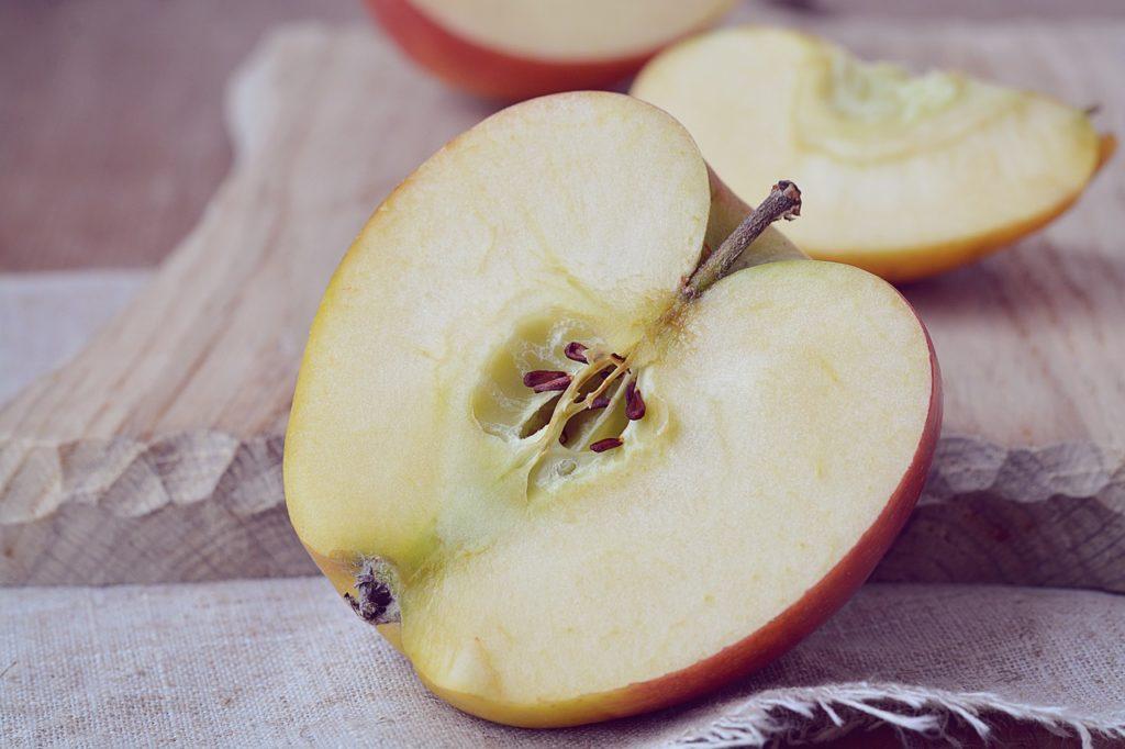 durchgeschnittener Apfel mit Kerngehäuse