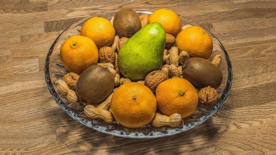 Mandarinen, Kiwi und Nüsse in einer Schale